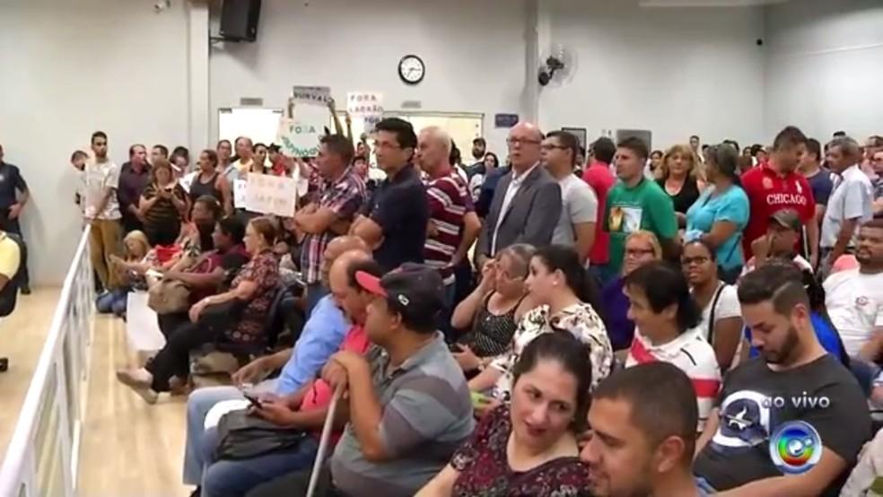 Moradores lotaram a câmara de Campo Limpo Paulista para acompanhar sessão (Foto: Reprodução/TV TEM)