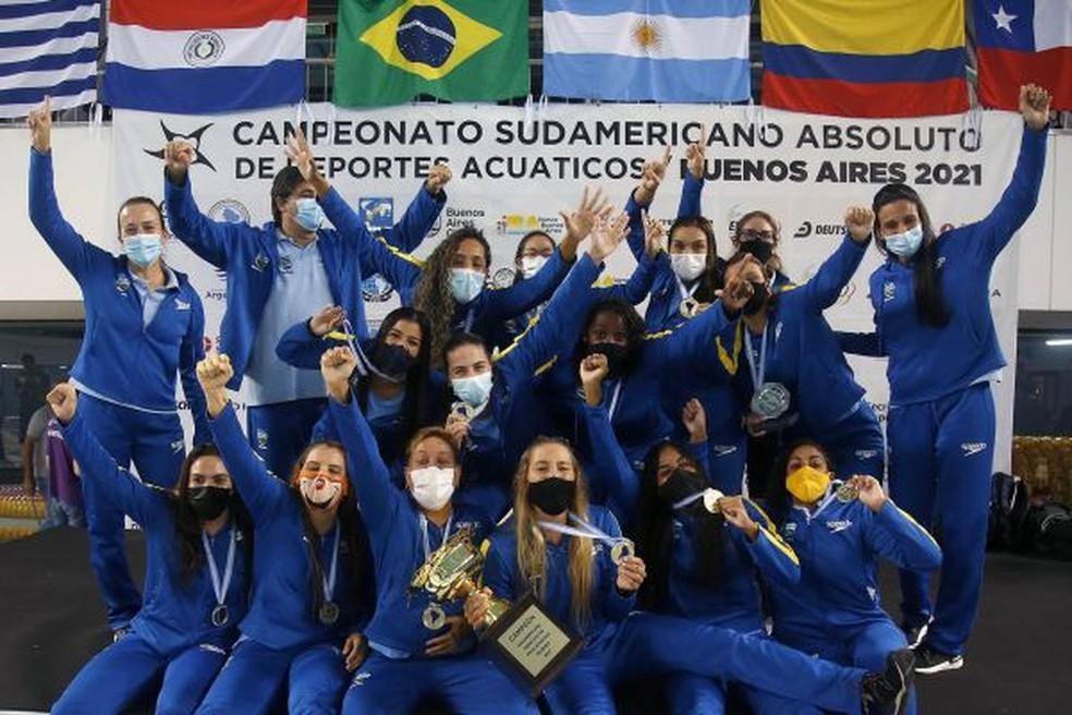 Seleção feminina de polo aquático com o ouro no Sul-Americano — Foto: Satiro Sodré/SSPress