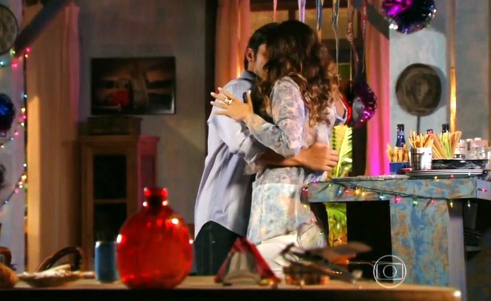 Com a ajuda de Carol (Maria Joana), Juliano (Bruno Gissoni) vai ao encontro de Natália (Daniela Escobar) - 'Flor do Caribe' — Foto: Globo