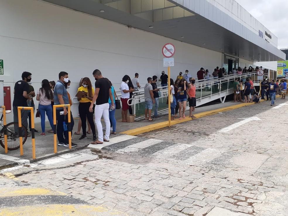 ENEM 2020 - Natal, 17/01/2021 - Candidatos na entrada do maior local de prova na capital, na avenida Roberto Freire, em Capim Macio, na Zona Sul.  — Foto: Julianne Barreto/Inter TV Cabugi