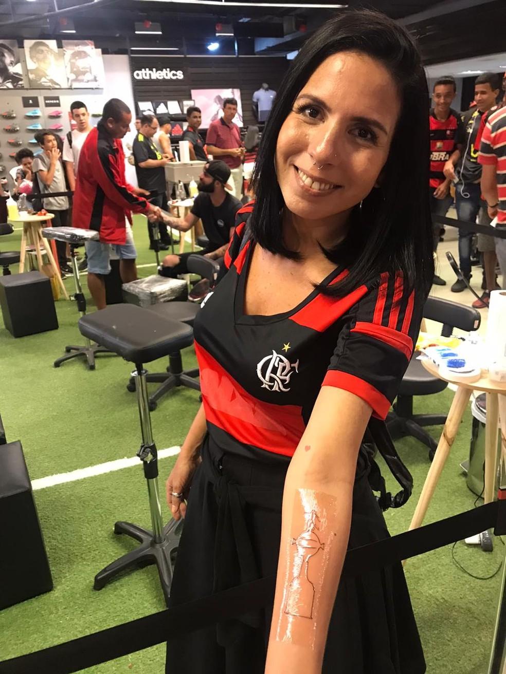 Torcedora faltou ao trabalho para fazer a tatuagem  — Foto: Raísa Pires/G1 Rio