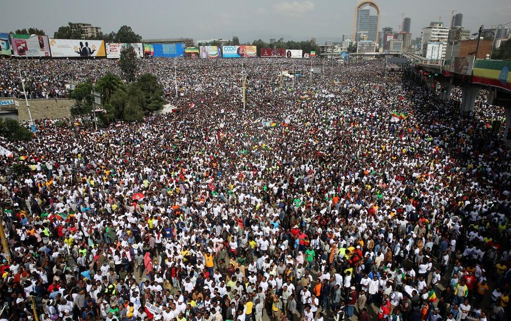 Milhares de pessoas assistem a comício do premiê Abiy Ahmed em Addis Ababa, capital da Etiópia, neste sábado (23) (Foto: Stringer/Reuters)
