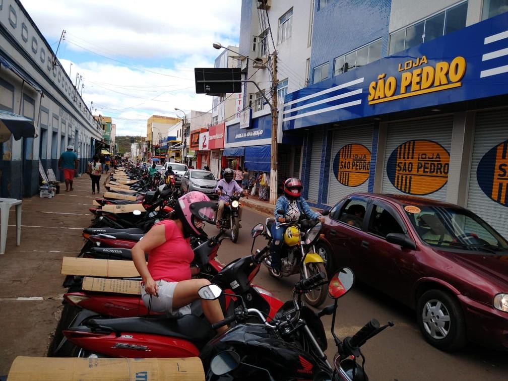 Comerciantes descumprem decreto e decisão judicial nesta segunda-feira (29) em Picos — Foto: Antônio Rocha /TV Clube