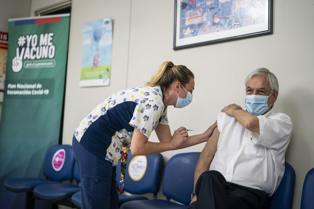 Presidente Sebastián Piñera recebe segunda dose da vacina contra a Covid-19 no Chile, em foto de 12 de março de 2021 — Foto: Sebastián Rodríguez/Presidência do Chile/Cortesia