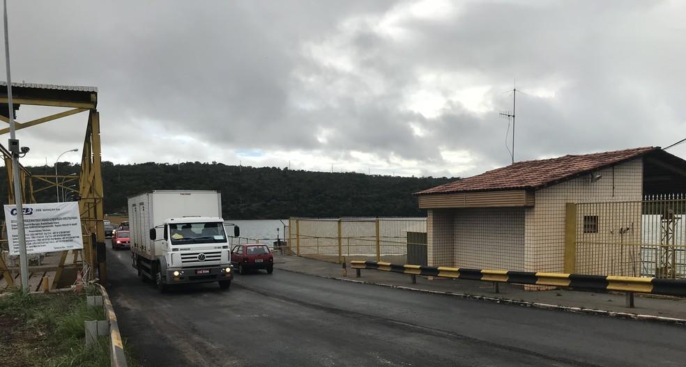 Barragem do Paranoá ainda com a passagem de caminhões permitida. — Foto: Daumildo Júnior/G1