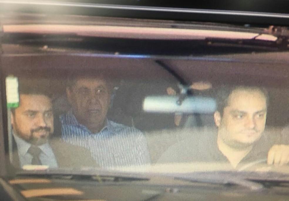 Puccinelli em viatura da PF, na saída do prédio onde mora em Campo Grande (Foto: Domingos Lacerda/TV Morena/Arquiv)
