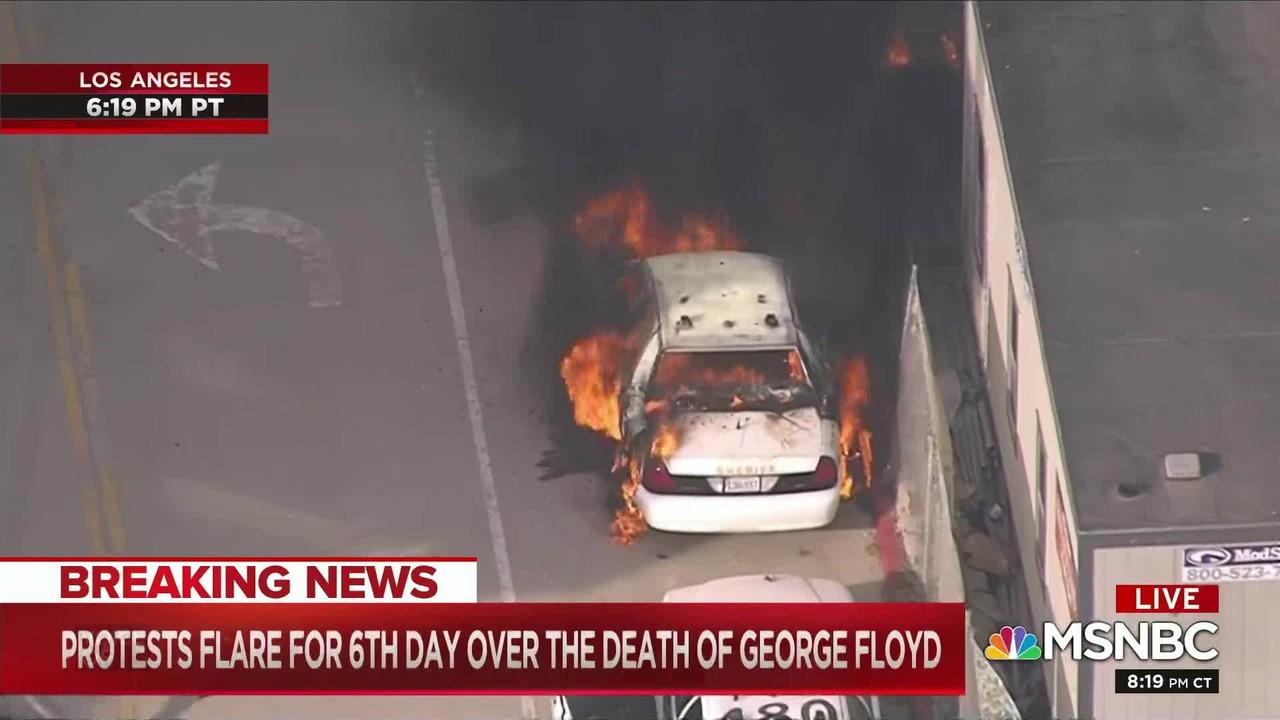 Viatura policial é incendiada durante protesto em Los Angeles