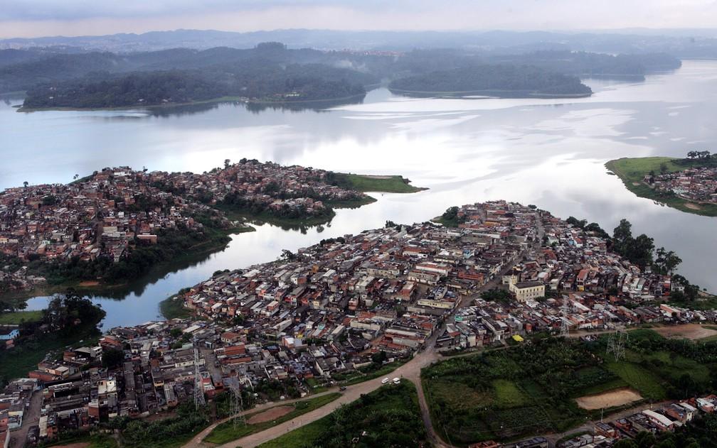 Vista aérea da represa Guarapiranga, na zona sul de São Paulo, em janeiro de 2007 (Foto: MÁRCIO FERNANDES DE OLIVEIRA/ESTADÃO CONTEÚDO/ARQUIVO)