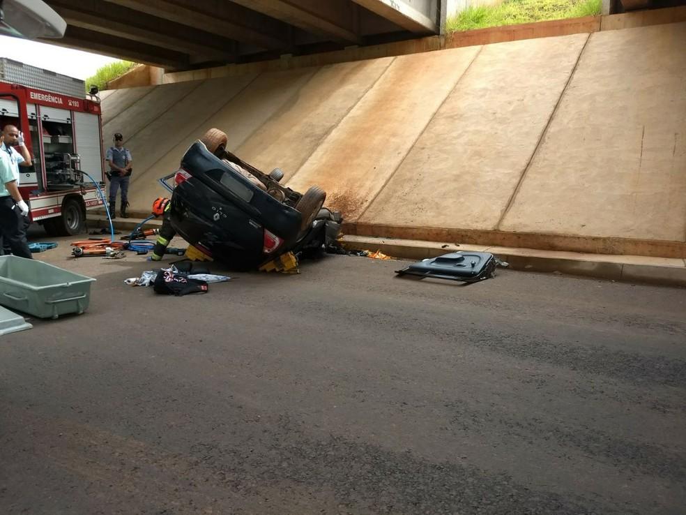 Carro despencou do viaduto na SP-425, em Indiana (Foto: Stephanie Fonseca/G1)
