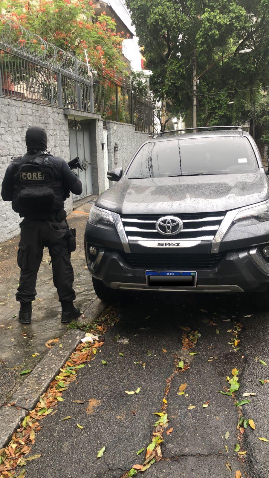Polícia encontra carro de médico morto na Barra da Tijuca