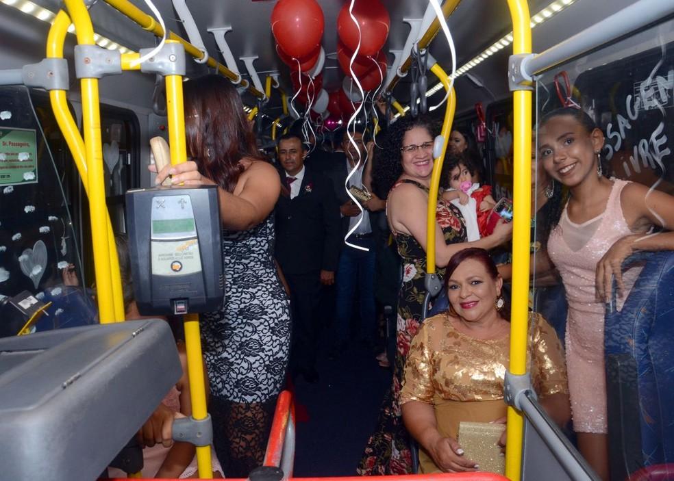 Convidados foram levados por noivos dentro de ônibus enfeitado, após casamento em Natal (Foto: Jefferson Araújo)
