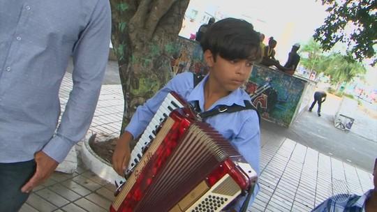 Menino aprende a tocar sanfona pela internet e aos 12 anos já gravou CD
