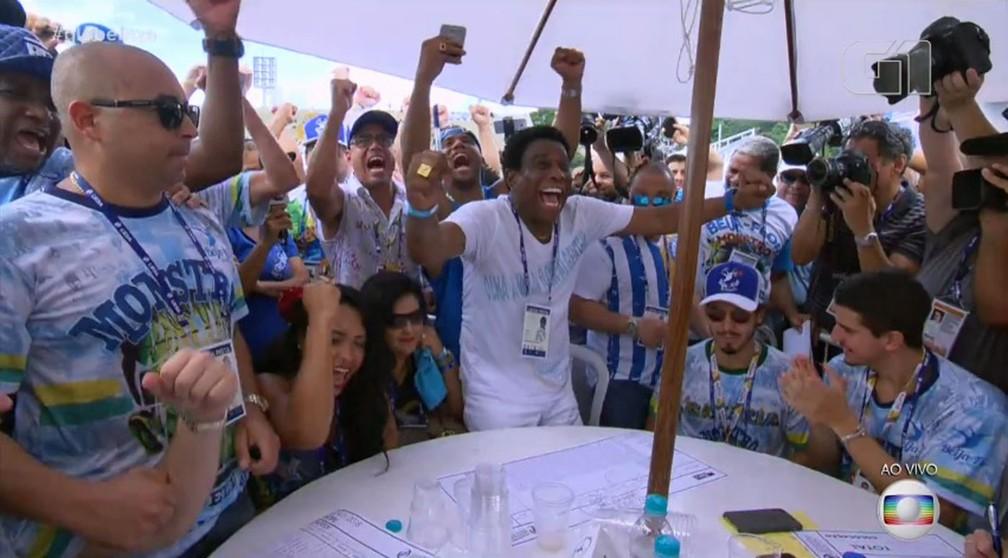 Neguinho da Beija-Flor vibra com a notícia de que a escola venceu o título do Grupo Especial 2018 (Foto: Reprodução/TV Globo)