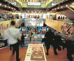 O jornal do MIPCOM em evidência em um dos movimentados corredores do evento realizado em Cannes | VALERY HACHE/REUTERS