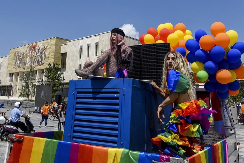 Ativistas albaneses participam do 'Tirana Gay Pride' para marcar o Dia Internacional contra Homofobia, Transfobia e Bifobia, em Tirana, na Albânia (Foto: Gent Shkullaku/AFP)