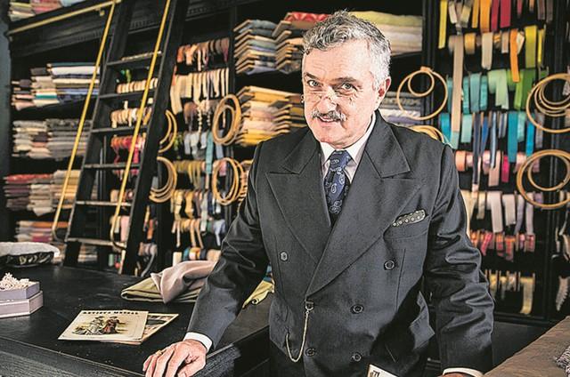 Werner Schünemann no cenário de Assad, seu personagem em 'Éramos seis' (Foto: João Miguel Júnior/tv globo)