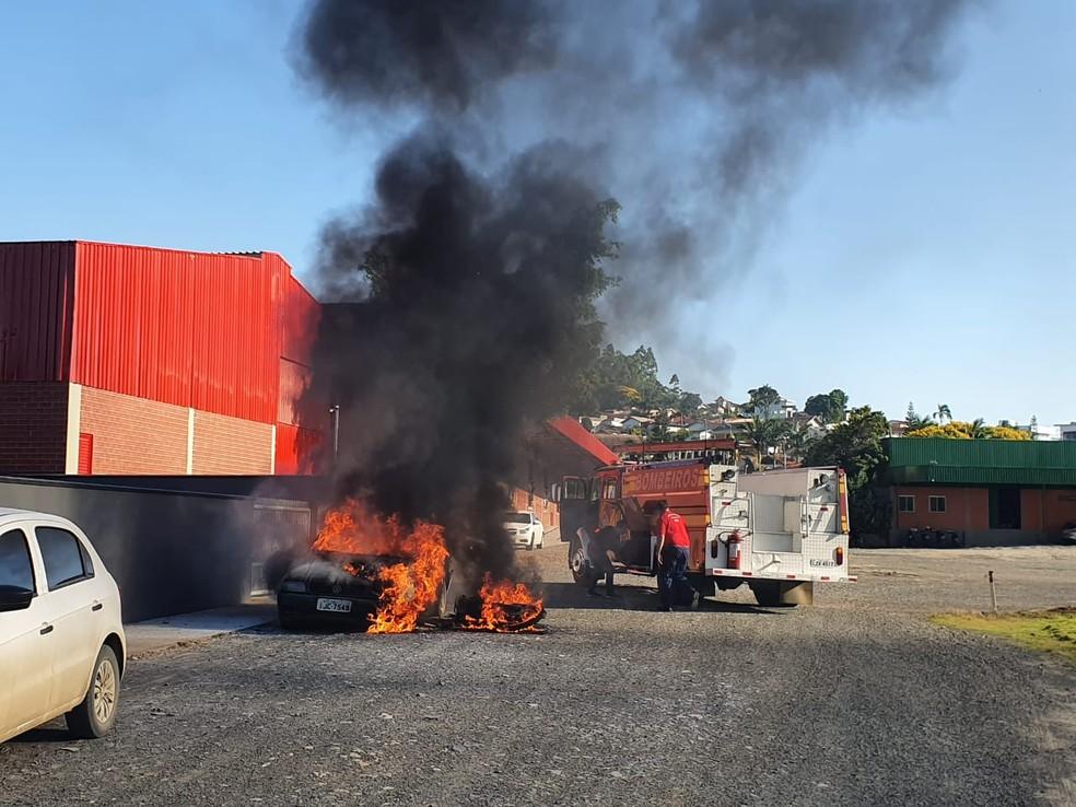 Carro ficou totalmente destruído por causa do incêndio — Foto: Polícia Civil/ Divulgação