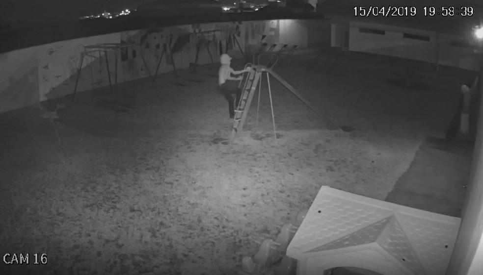 Suspeitos invadem creche e brincam em escorregador  — Foto: Reprodução/TV TEM