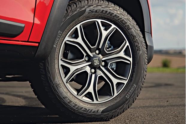 Fiat Strada Volcano - Pneus de uso misto e rodas de 15 polegadas (Foto: Fabio Aro)