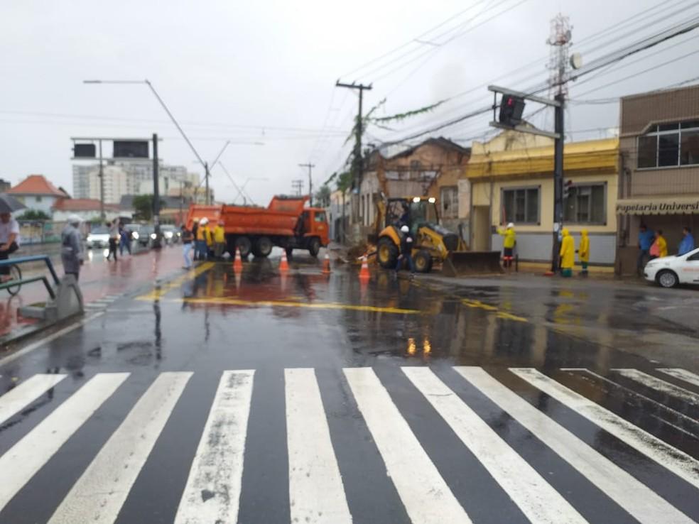 Avenida 28 de março no Centro de Campos, RJ, está interditada para remoção dos escombros — Foto: Ravy Azevedo/ Inter TV