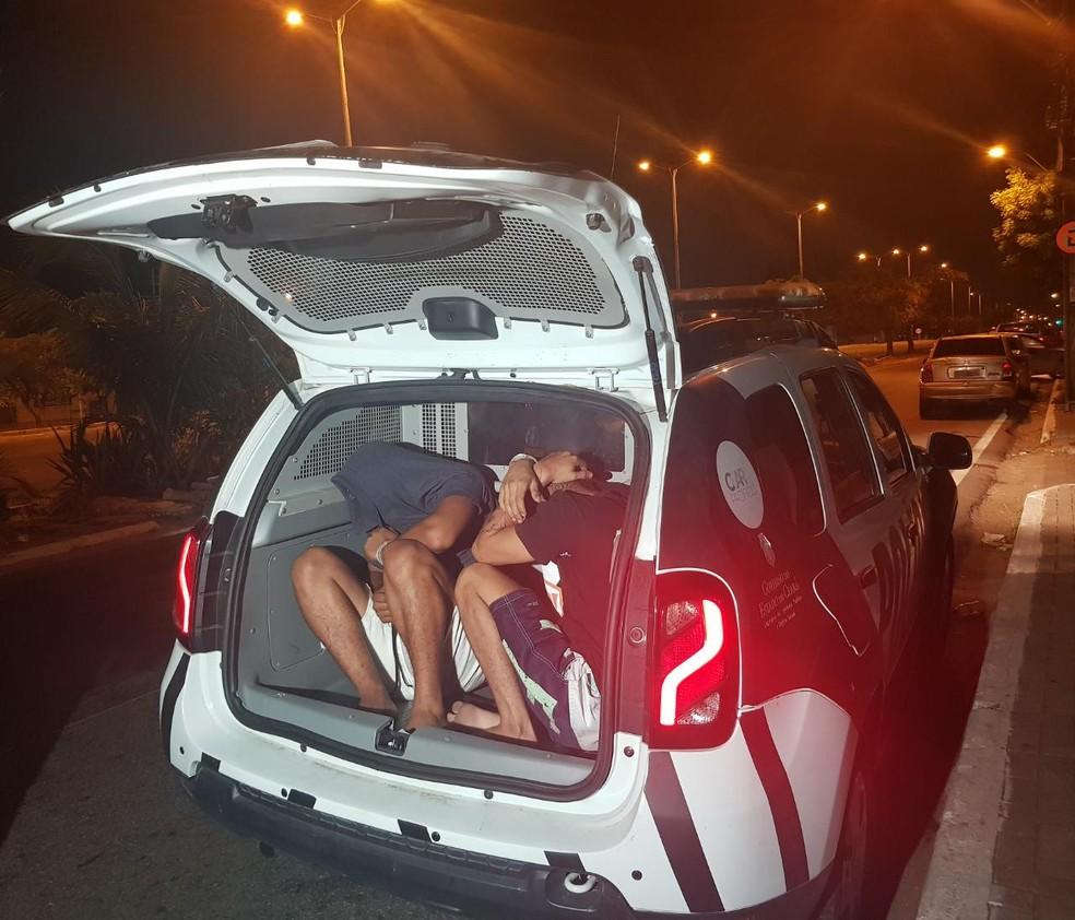 Dupla é presa pela polícia com metralhadora escondida dentro de carro. — Foto: Rafaela Duarte/ SVM