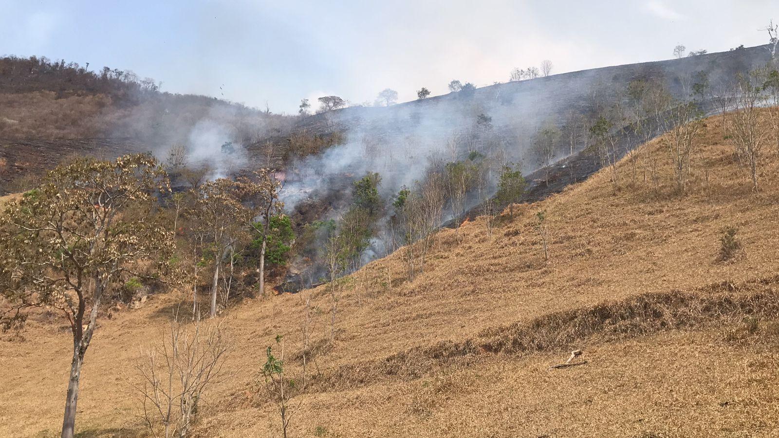 Equipes trabalham no segundo dia de combate a incêndio na região de Secretário, em Petrópolis, no RJ