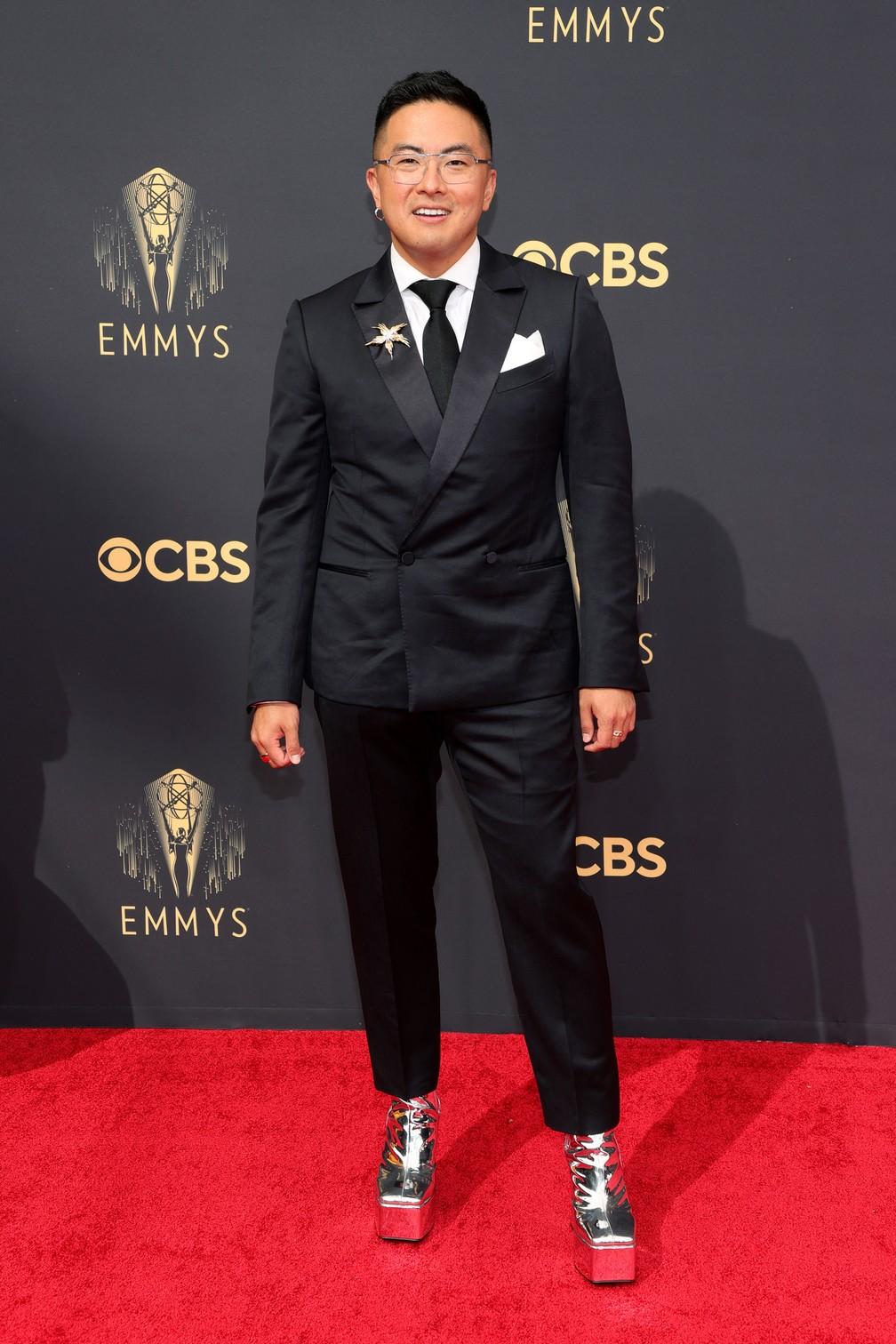 Bowen Yang, do 'Saturday Night Live', usou salto plataforma preateado no Emmy 2021 — Foto: Rich Fury / GETTY IMAGES NORTH AMERICA / Getty Images via AFP