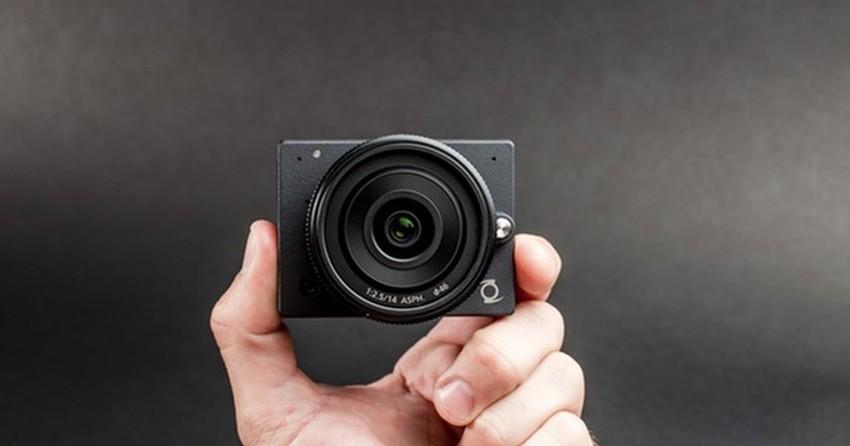 Câmera de bolso que filma em 4K e permite trocar lentes faz sucesso na web