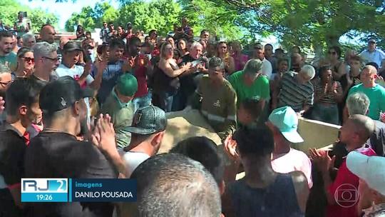 Uma das vítimas do grupo de amigos que saiu pra pescar e não voltou é enterrada em Muriqui