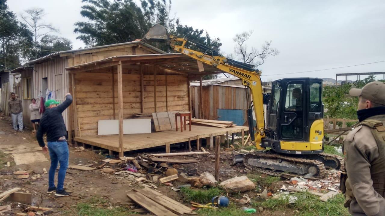 Quatro casas são demolidas em operação contra construções irregulares em Florianópolis - Notícias - Plantão Diário