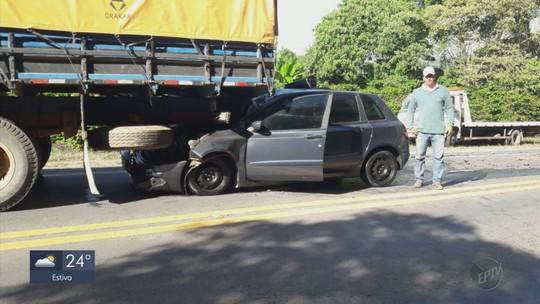 Batida de carro em traseira de caminhão deixa 2 feridos na BR-267, em Campestre, MG