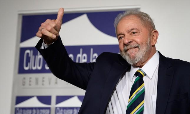 O ex-presidente Lula acena para fotógrafos durante evento que discutiu desigualdade em Genebra, na Suíça, em março de 2020