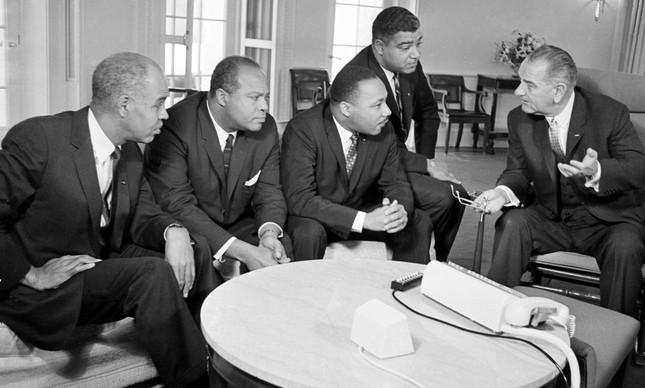 Líderes do movimento negro por Direitos Civis em reunião com o presidente Lyndon B. Johnson na Casa Branca, em 1964