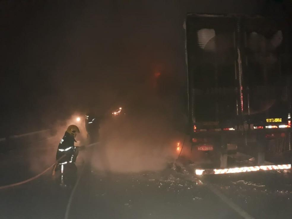 Bombeiros levaram mais de sete horas para controlar incêndio — Foto: Bombeiros/Divulgação