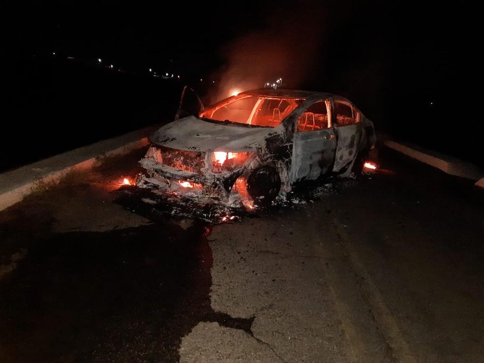 Carro foi queimado por criminosos na fuga de ataque a banco e lotérica em São Tomé, RN — Foto: Cedida
