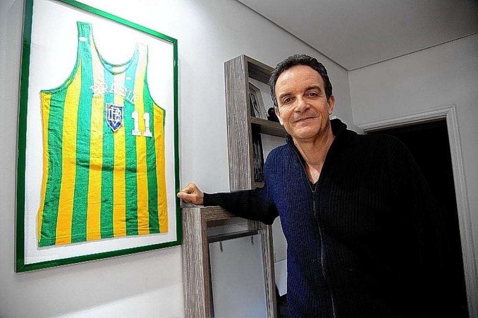 Marcel de Souza com sua camisa histórica da seleção brasileira — Foto: Divulgação/ASE