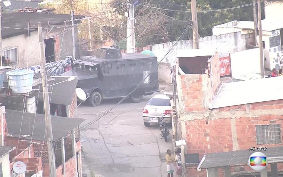 Blindado faz operação no Morro da Coréia (Foto: Reprodução / TV Globo)