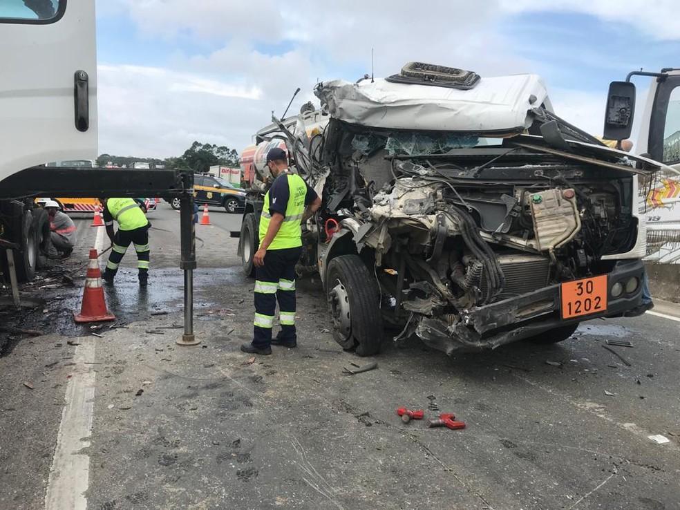 Caminhões colidiram na BR-101 em Barra Velha SC; uma pessoa ficou ferida com gravidade — Foto: PRF/Divulgação