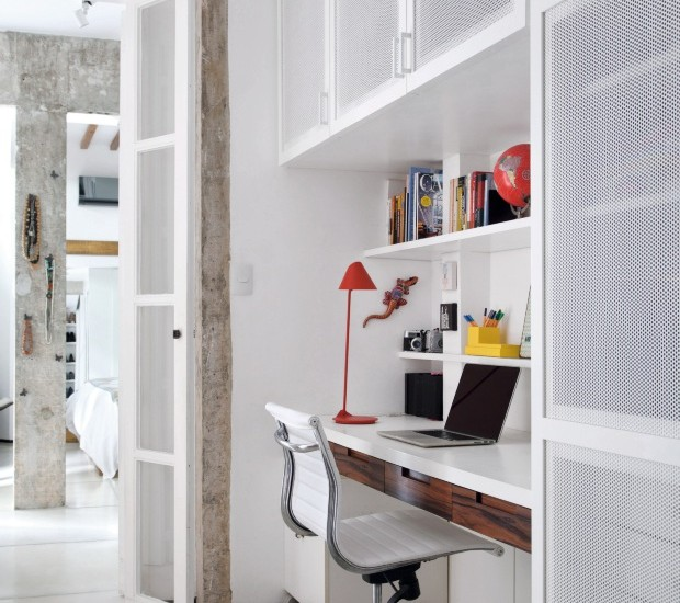 O escritório, no corredor desta casa, é compacto e funcional (Foto: Denilson Machado / Divulgação)