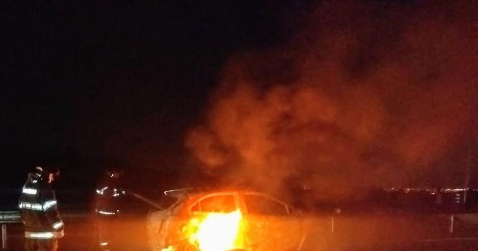 Carro pega fogo após colisão com cavalo em Jacareí.  — Foto: Divulgação/ Corpo de Bombeiros