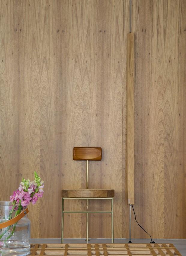 A madeira ganha destaque no living com a cadeira Iaiá, de Gustavo Bittencourt. A peça veio da loja Arquivo Contemporâneo (Foto: Denilson Machado/ MCA Estúdio/Divulgação)
