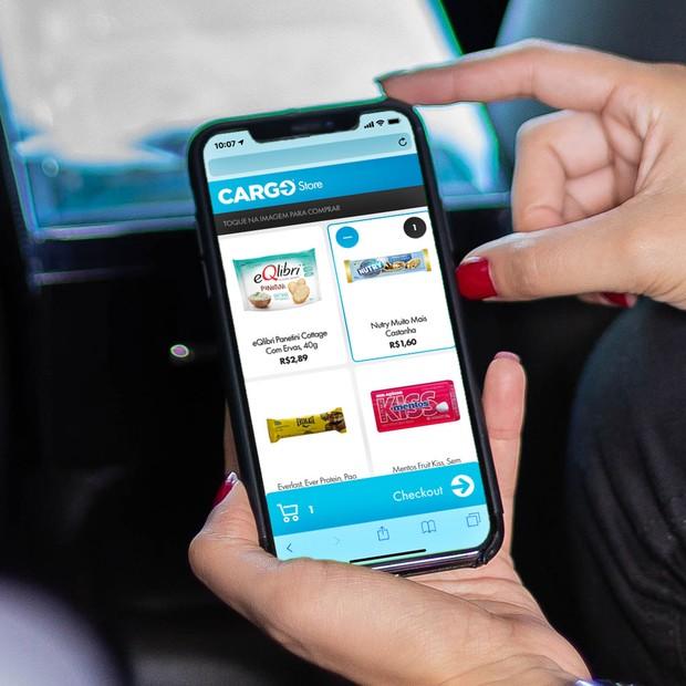 Os passageiros escolhem os produtos pelo celular (Foto: Divulgação)