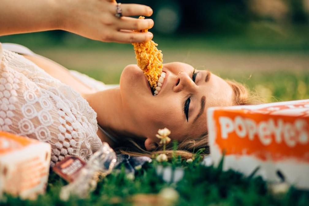 Americana celebra seu amor por frango frito com álbum romântico na web (Foto: Elyse Chelsea Clark/Facebook)