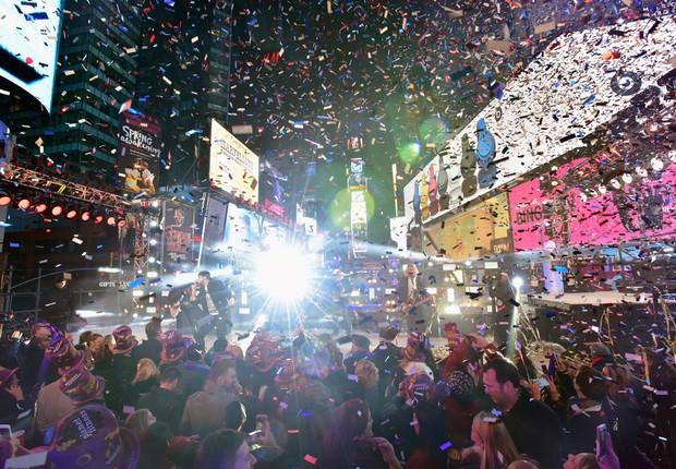 Público assiste ao show de Luke Bryan durante as celebrações do Ano Novo em Times Square em 31 de dezembro de 2015 (Foto: Eugene Gologursky/Getty Images for Toshiba Corporation)
