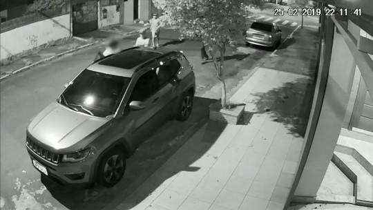 d987f32b80 Câmera flagra momento que advogado tem carro roubado em Vila Velha