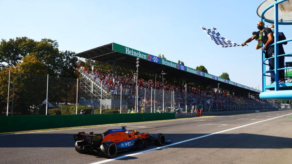 Daniel Ricciardo vence GP da Itália; campeão olímpico de atletismo da Itália, Lamont Marcell Jacobs, balançou bandeira quadriculada — Foto: Dan Istitene - Formula 1/Formula 1 via Getty Images