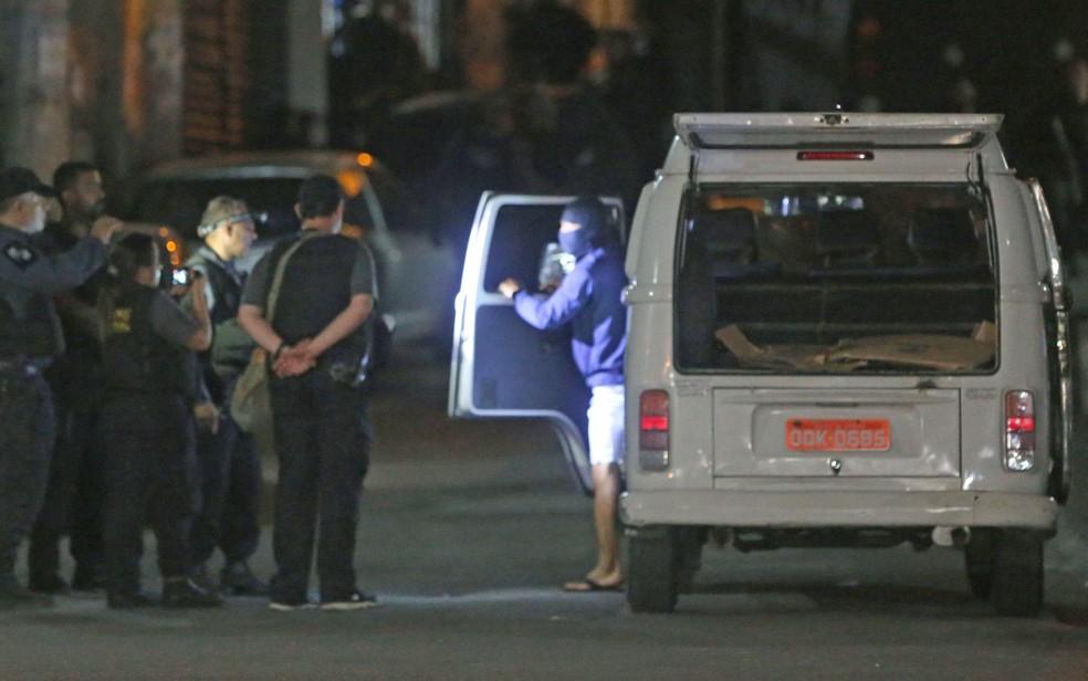 Policiais participam da reconstituição da morte da menina Ágatha — Foto: Wilton Junior/Estadão Conteúdo