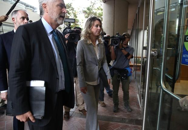 Elizabeth Homes, fundadora da startup Theranos, chega ao Tribunal Federal dos EUA, na Califórnia. (Foto: Getty Images)