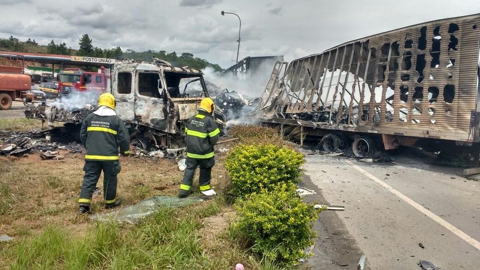 Carretas pegaram fogo e um motorista morreu (Foto: Polícia Rodoviária Federal/ Divulgação)