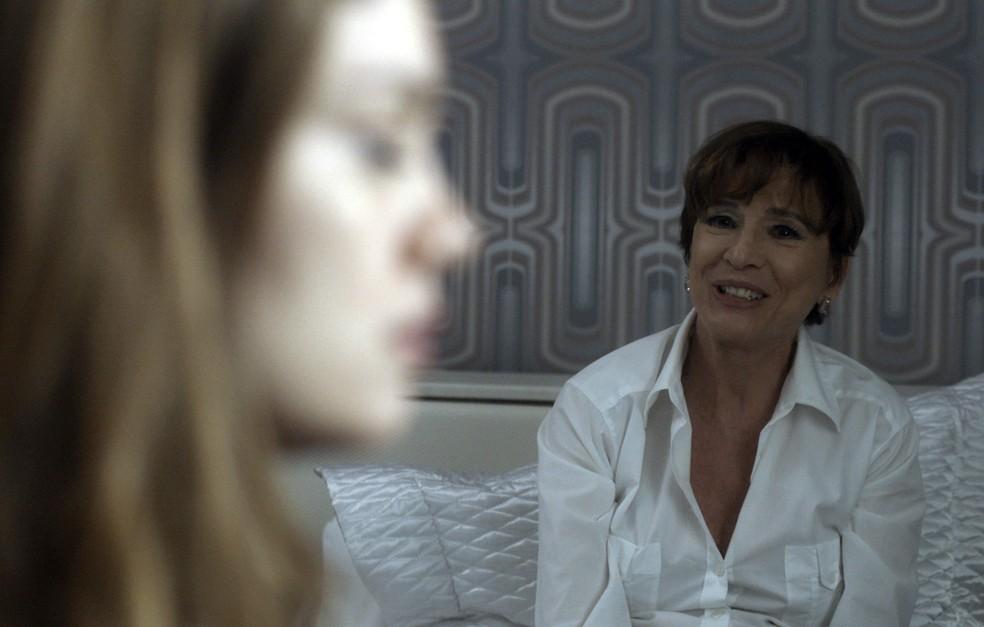 Alice bate-papo com a mãe sobre seu casamento e o que rolou na condecoração de Amaral, até ter uma revelação: (Foto: TV Globo)